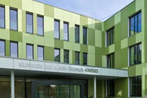 Edelstahlbuchstaben an Krankenhausfassade