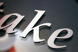 Edelstahlbuchstaben auf Acrylglasplatte