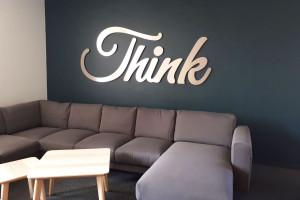 Think-Schriftzug im Büro