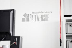 Edelstahl-Logo auf Wand aufgeklebt